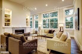 schickes helles wohnzimmer design mit dunklen böden stockfoto und mehr bilder architektur