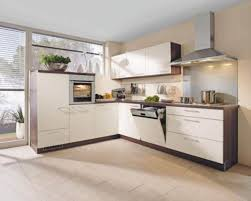 moderne einbauküche mit einer front in kunststoff magnolia