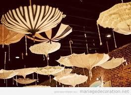 déco de mariage très original parapluies pendus du plafond