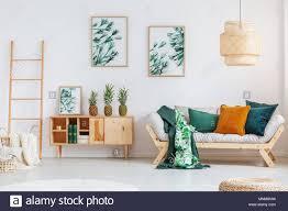 ananas auf rustikalen schrank zwischen leiter und beige sofa