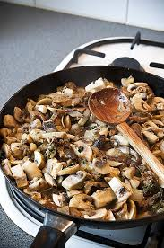 comment cuisiner les cepes frais comment cuisiner chignons frais emincé de poulet aux c
