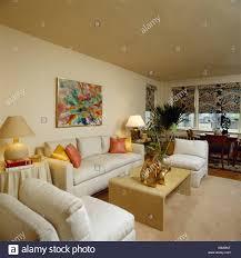 cremefarbene sofas und stühle in neutrale reihenhaus