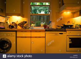 eine küche mit einer teilweisen anzeigen eines ofens rechts