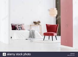 weiß und rosa schlafzimmer einrichtung mit eleganten sessel