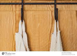 weiße handtücher am haken an einer holztür ein