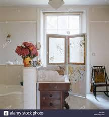 antik waschtisch marmor spitze im weißen stadthaus
