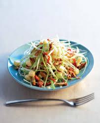 cuisiner le chou blanc en salade recette salade de chou blanc au laguiole et aux noix