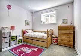 gemütliche kinderzimmer mit rustikalen bett und kommode fröhlich roten teppich auf teppichboden