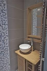 salle de bain avec galets