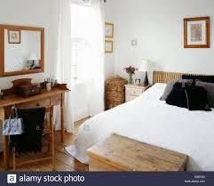 weiße decke und schwarzen kissen bett im schlafzimmer der