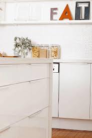ausschnitt einer modernen weißen küche bild kaufen