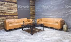 moderne vintage innenraum wohnzimmer braune ledercouch an weißen parkett bodenbelag und ziegel wand stockfoto und mehr bilder architektur