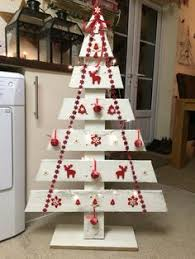 A Pallet Christmas Tree With Glow In The Dark Captured Lightning O Ideas