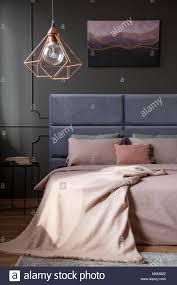 gold le über dem bett im eleganten schlafzimmer innenraum