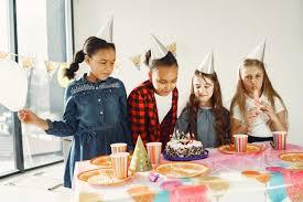 lustige kindergeburtstagsfeier im dekorierten raum