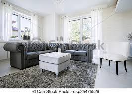 schwarzes ledersofa im hellen wohnzimmer canstock