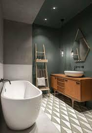 dunkle wandfarbe badezimmer freistehende badewanne leiter