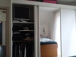 hat jemand einen kleiderschrank mit integriertem tv oder tv