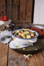 couscous salat mit ofengemüse sommer auf dem teller