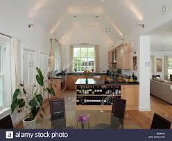 offene küche und esszimmer mit weinregale und blick zum
