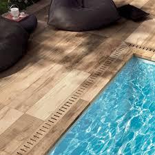 margelle piscine en bois dalle forte épaisseur imitation bois pour terrasse eguilles