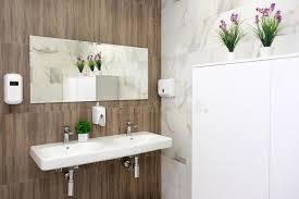 unbedeutendes badezimmer mit badewanne und dusche