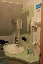 das badezimmer links davon hinter der tür ist die dusche