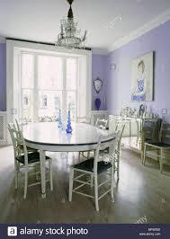 traditionelle esszimmer mit ovalen esstisch und stühle