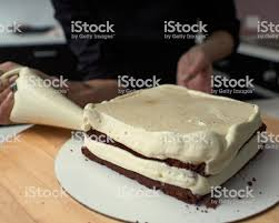 schritt für schritt vorbereitung der schwarzen designer kuchen der konditor deckt den kuchen mit sahne stockfoto und mehr bilder backen