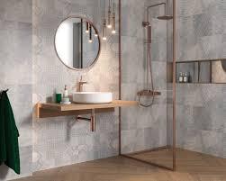 ein graues badezimmer mit goldenem akzent ceramika paradyz