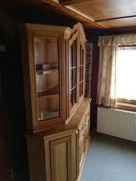 rustikaler wohnzimmerschrank mit vitrinenaufsatz in brand