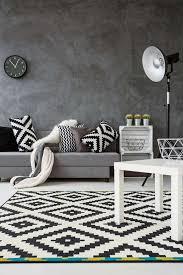 sofa grau und teppich in schwarz weiß monochromatische