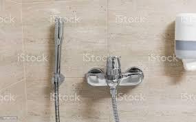 dusche und bad armaturen im badezimmer stockfoto und mehr bilder ausrüstung und geräte