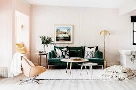 grünes sofa mit dekokissen coffeetable bild kaufen
