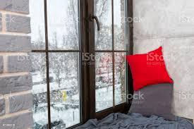 fenster mit fensterbrett im schlafzimmer im loftstil außerhalb der fensterschnee stockfoto und mehr bilder 2017
