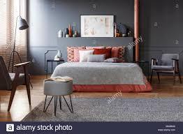 echten foto gemütlichen dunklen schlafzimmer innenraum