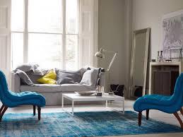 contemporary aquatic living room design with blue sofa blue rug