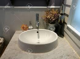 weißes waschbecken auf marmor und serviette im badezimmer im restaurant waschtisch bad im hotel klassische waschbecken