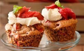 rhabarber cupcakes mit frischkäse topping