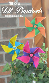 A Few Sheets Of Colorful Felt Glue And Buttons Are All You Need To Make This No Sew Pinwheel Perfect For Spring Decorating Featured Post On Turn It