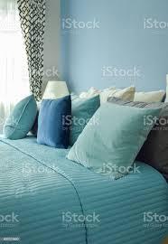 hellblau blau und beige kissen auf dem bett im schlafzimmer der blauen wand stockfoto und mehr bilder aquamarin grüne farbe