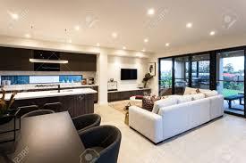 modernes wohnzimmer und essbereich neben terrasse eingang der außenseite eines modernen hauses