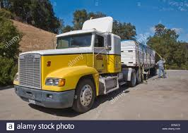 18 Wheeler Trucks Stock Photos & 18 Wheeler Trucks Stock Images ...