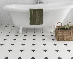 weiße fliesen mit schwarzen rechtecken in einem badezimmer
