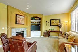 gemütliches wohnzimmer mit kamin ledersessel sofa und tv