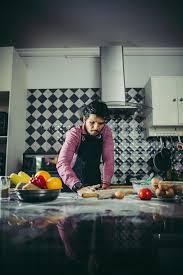 mann knetete hausgemachten pizzateig in der küche 1905517