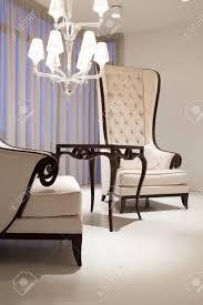 weiß elegantes wohnzimmer mit zwei vintage stil sessel