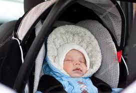 siege auto nouveau né nouveau né endormi dans le siège auto photographie marchibas