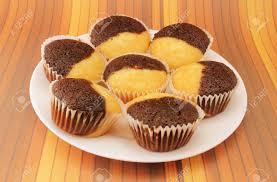 köstlicher schokolade und vanille muffins auf einem weißen teller