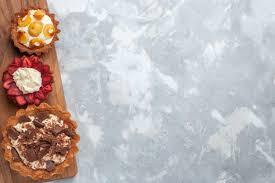 draufsicht verschiedene cremige kuchen mit schokolade und